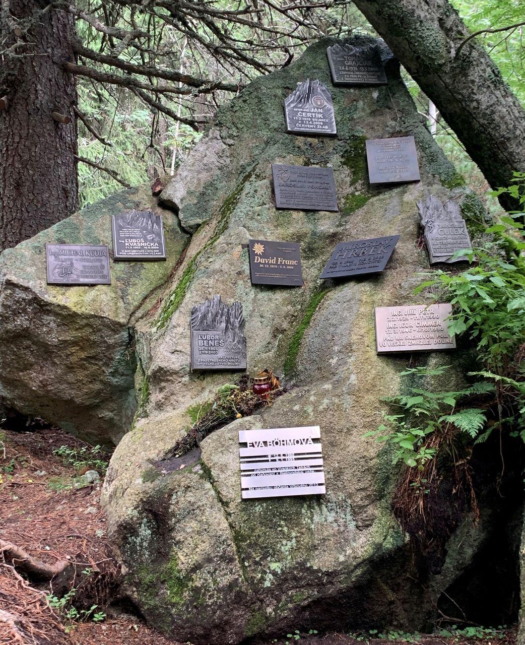 Tabliczki pamiątkowe na symbolicznym cmentarzu