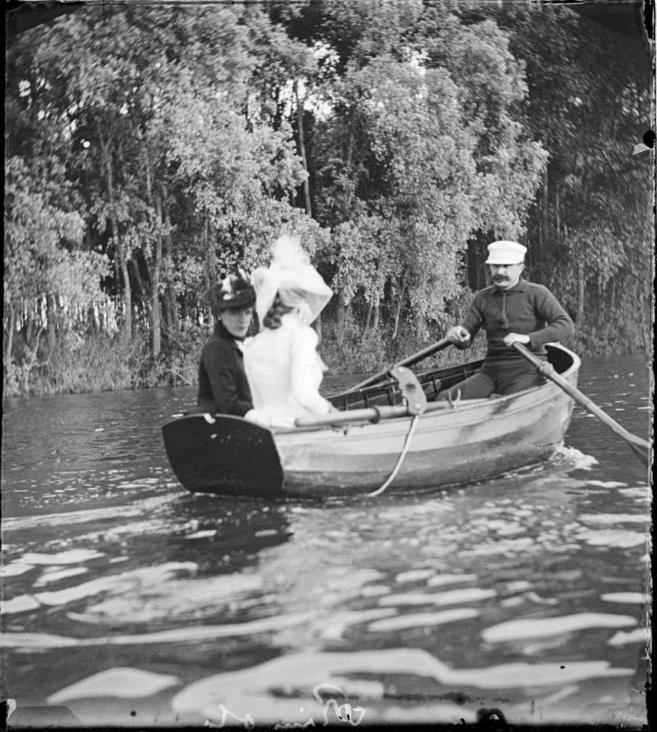 maupassant canoeing with 3 ladies.jpg