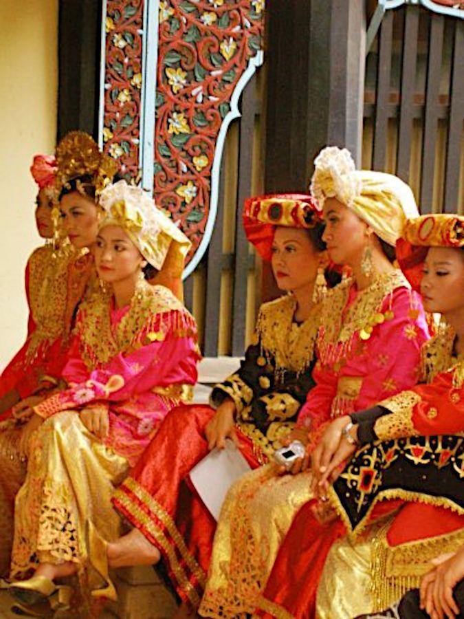 Minangkabau women credit Umar Khatab 1, 2, 2.5, 3.jpg
