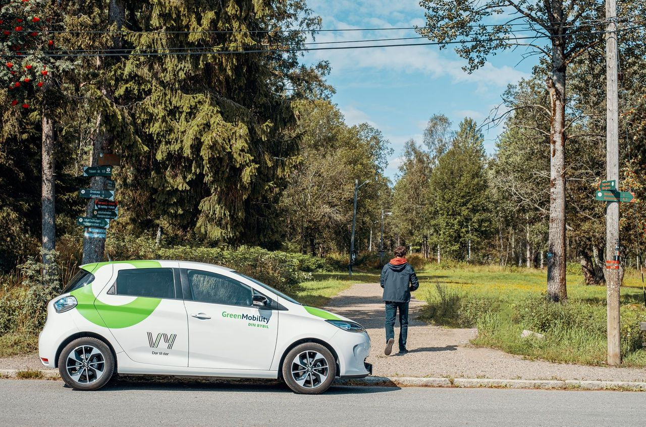 A car with Vy-logo, and forest landscape