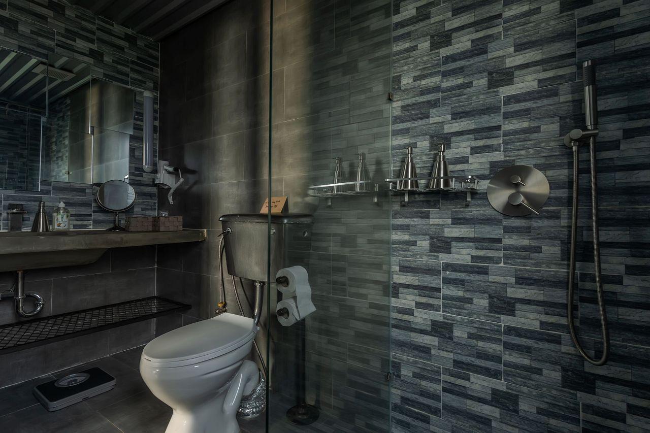 Bridges Danang-Room 901-Bathroom.jpg