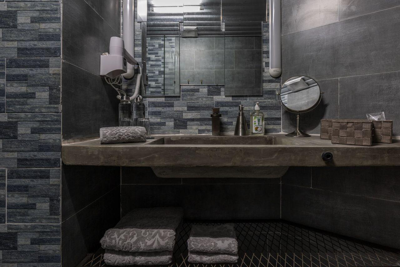 Bridges Danang-Room 901-Bathroom2.jpg