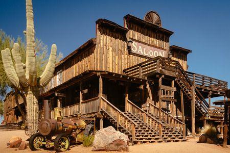 118606193-old-wild-western-salone-di-legno-in-goldfield-gold-mine-ghost-town-in-youngsberg-arizona-stati-uniti.jpg