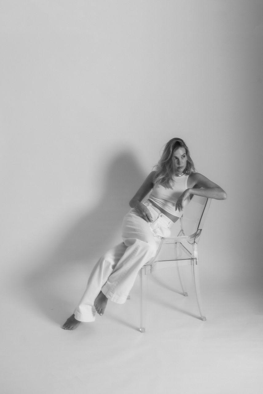 !02transparent_kartell_louis_ghost_zara_white_jeans.jpg
